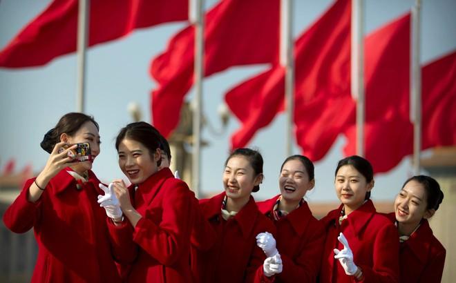 24h qua ảnh: Nhân viên lễ tân chụp ảnh trước phiên khai mạc kỳ họp quốc hội Trung Quốc