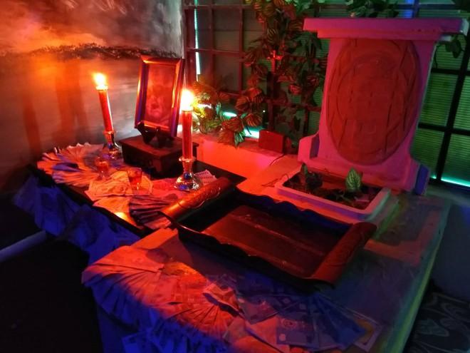 Rùng rợn uống trà sữa nghĩa địa với những ngôi mộ trong bóng tối ở Sài Gòn - Ảnh 3.