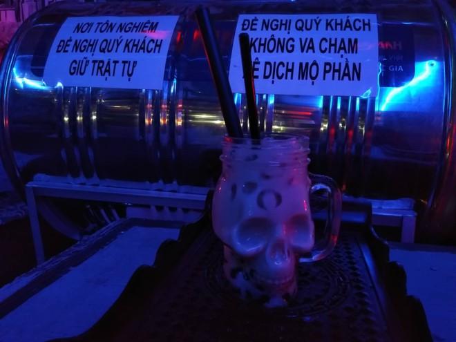 Rùng rợn uống trà sữa nghĩa địa với những ngôi mộ trong bóng tối ở Sài Gòn - Ảnh 9.