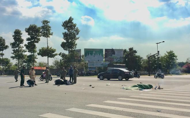 Con trai gào khóc thảm thiết ở hiện trường vụ tai nạn mẹ bị xe tải tông tử vong
