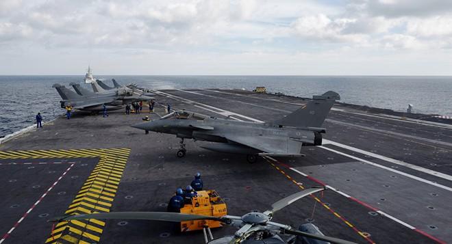Tàu sân bay Pháp đã tới Syria để thay chân Mỹ thiết lập vùng cấm bay? - Ảnh 1.