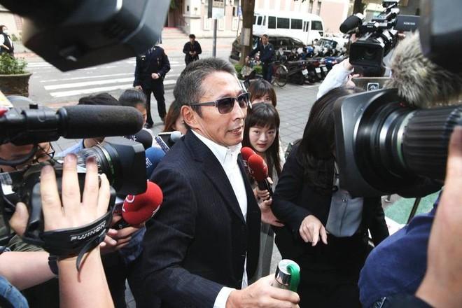 Chuyện thật như đùa: Nam diễn viên Bao Thanh Thiên tươi rói đạp xe tới dự phiên tòa vì tội danh cưỡng dâm - Ảnh 4.