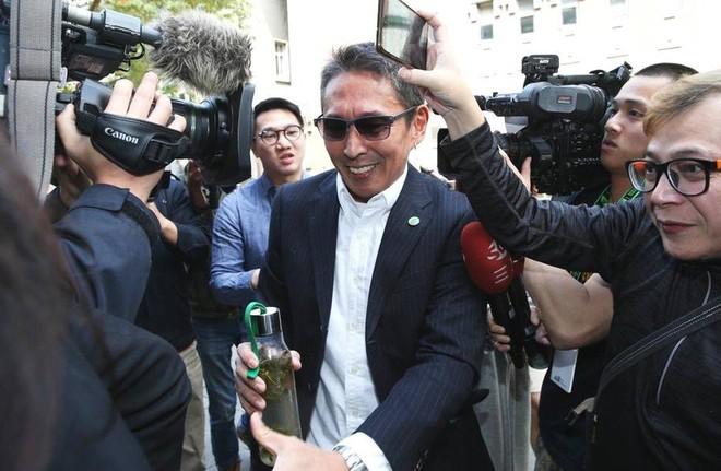 Chuyện thật như đùa: Nam diễn viên Bao Thanh Thiên tươi rói đạp xe tới dự phiên tòa vì tội danh cưỡng dâm - Ảnh 5.