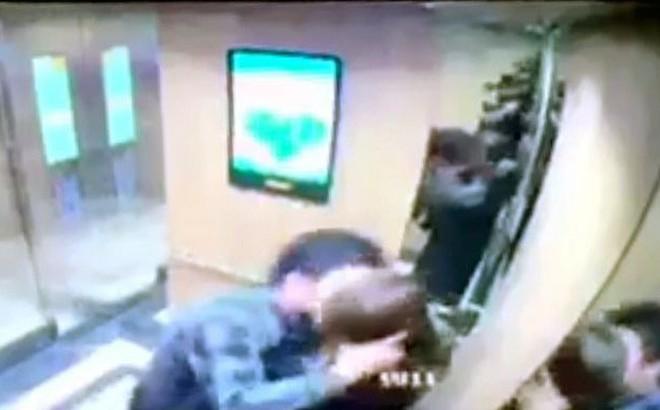 """Cô gái kể phút bị """"yêu râu xanh"""" ôm hôn trong thang máy ở Hà Nội"""