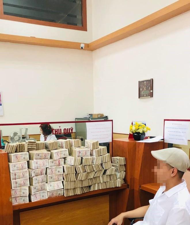 Xôn xao hình ảnh thanh niên bảnh bao đóng thùng 200 triệu đồng tiền lẻ đi gửi ngân hàng - Ảnh 2.