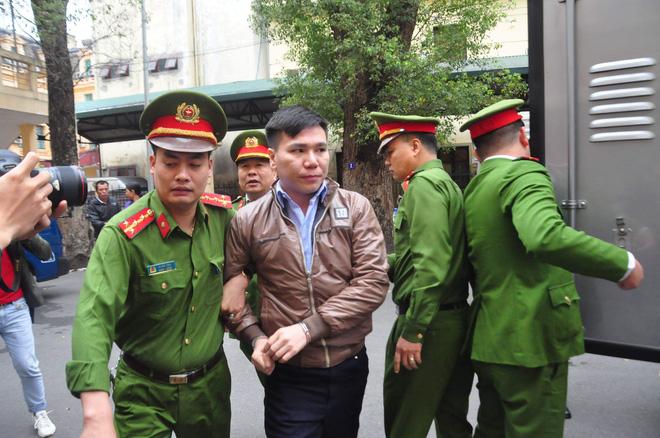 Hình ảnh ca sĩ Châu Việt Cường xuất hiện tại tòa sau 1 năm tạm giam - Ảnh 2.