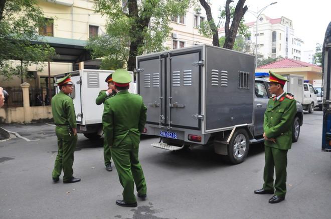 Mẹ cô gái gào khóc oán trách nam ca sỹ Châu Việt Cường tại phiên toà - Ảnh 2.