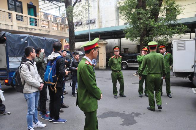 Mẹ cô gái gào khóc oán trách nam ca sỹ Châu Việt Cường tại phiên toà - Ảnh 3.