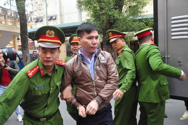 Xét xử ca sỹ Châu Việt Cường: Nạn nhân khóc lóc vái lạy nam ca sỹ thầy ơi cứu con với - Ảnh 1.