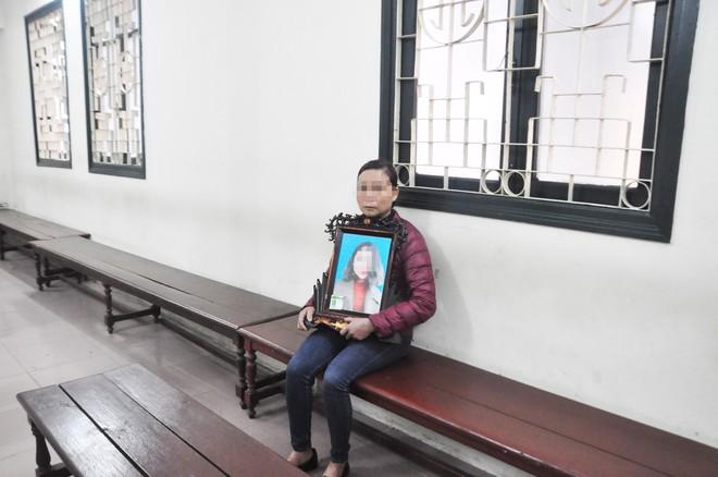 Mẹ cô gái gào khóc oán trách nam ca sỹ Châu Việt Cường tại phiên toà - Ảnh 1.