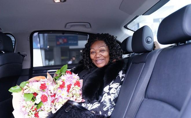 Trở lại Hà Nội sau 3 năm, nữ ca sĩ huyền thoại của Boney M xuất hiện không thể thiếu người đàn ông ở bên suốt 40 năm qua