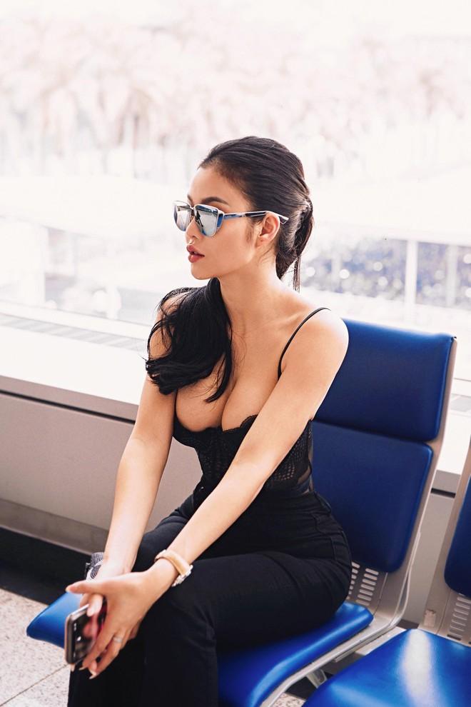 Hoa hậu kế nhiệm Ngọc Trinh gây choáng khi mặc thế này ra sân bay - Ảnh 1.