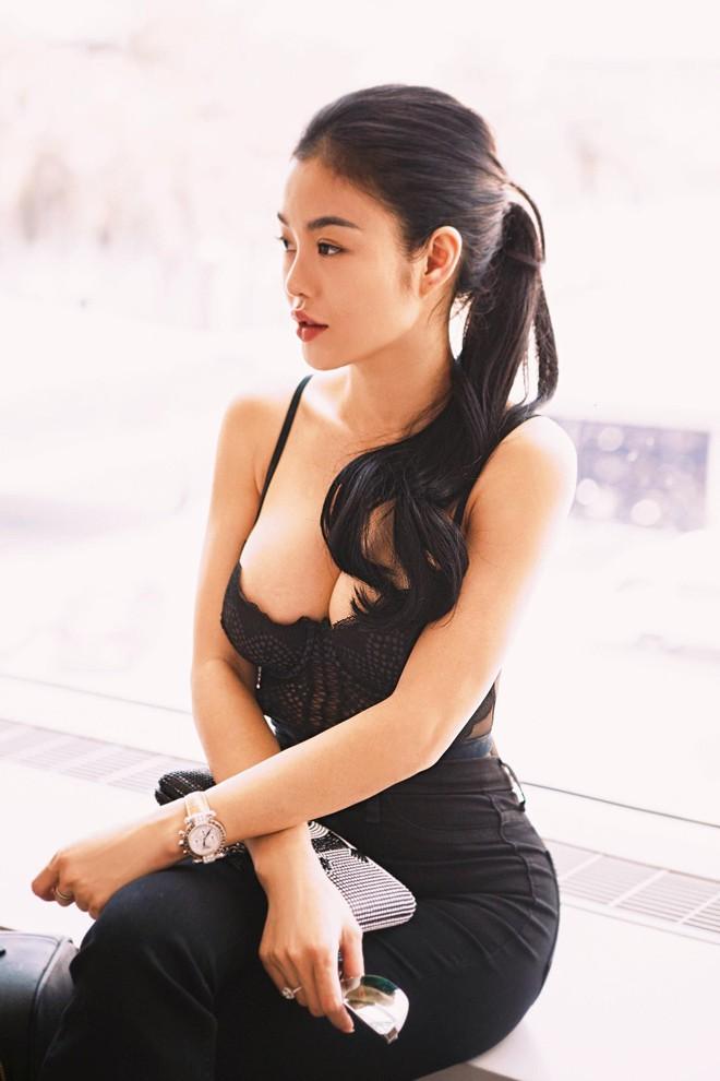 Hoa hậu kế nhiệm Ngọc Trinh gây choáng khi mặc thế này ra sân bay - Ảnh 2.