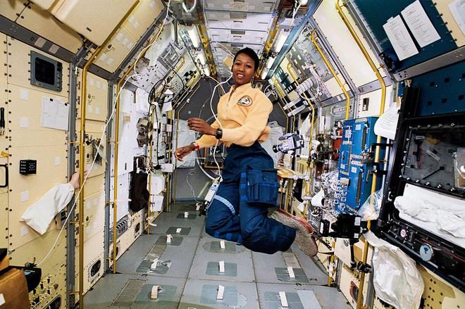 Google vinh danh nữ phi hành gia Mỹ: Người xác lập 2 kỷ lục đầu tiên trên thế giới - Ảnh 4.