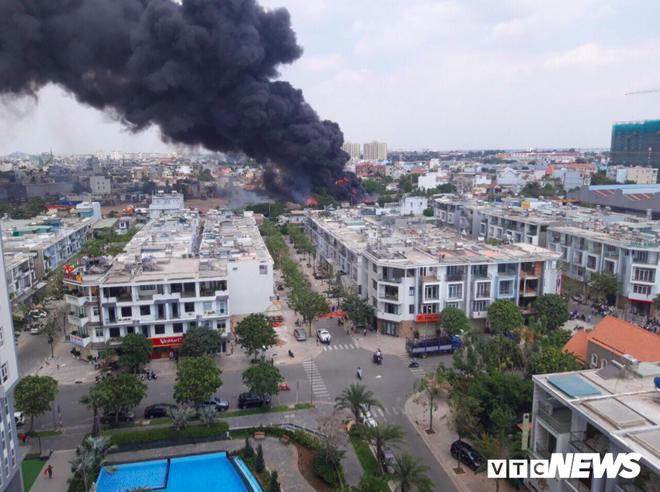 Đang cháy lớn ở Bình Dương, nhiều học sinh di dời khẩn cấp - Ảnh 1.