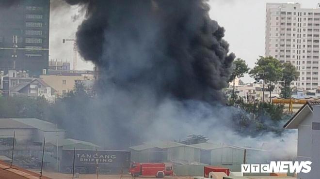 Đang cháy lớn ở Bình Dương, nhiều học sinh di dời khẩn cấp - Ảnh 4.