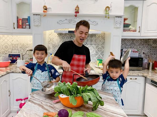 Đăng Khôi nấu ăn cho vợ, Quang Bảo ga lăng hết cỡ với H'Hen Niê trong ngày 8/3 - Ảnh 4.