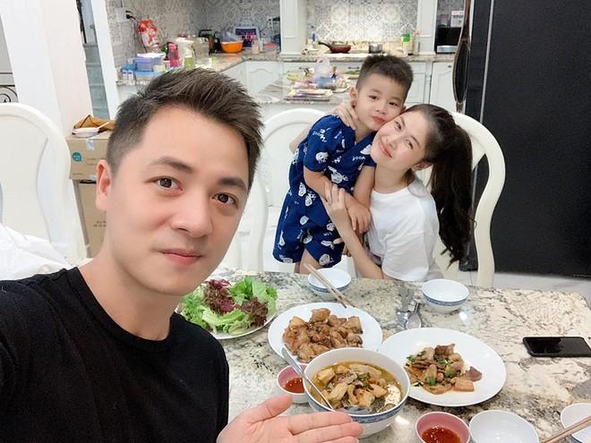 Đăng Khôi nấu ăn cho vợ, Quang Bảo ga lăng hết cỡ với H'Hen Niê trong ngày 8/3 - Ảnh 1.
