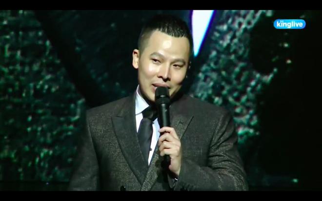 Vũ Khắc Tiệp vấp mép sân khấu, ngã dúi dụi khi phát biểu kết thúc chương trình để đời - Ảnh 7.