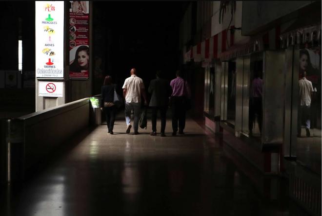 Venezuela ngập chìm trong bóng tối, người dân bàng hoàng: Đêm qua thật đáng sợ - Ảnh 3.
