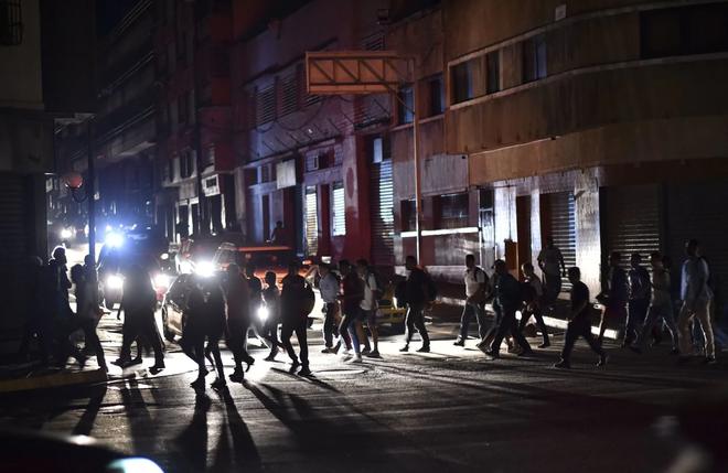 Venezuela ngập chìm trong bóng tối, người dân bàng hoàng: Đêm qua thật đáng sợ - Ảnh 4.