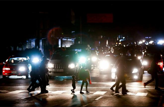Venezuela ngập chìm trong bóng tối, người dân bàng hoàng: Đêm qua thật đáng sợ - Ảnh 1.