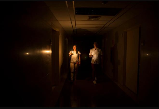 Venezuela ngập chìm trong bóng tối, người dân bàng hoàng: Đêm qua thật đáng sợ - Ảnh 6.