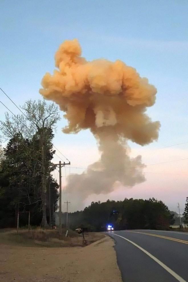 Mỹ: Tài xế xả thân mình lái xe bồn bốc cháy rời xa khu dân cư trước khi phát nổ - Ảnh 1.