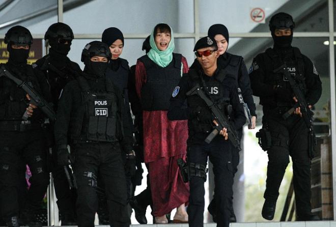 [Photo] Đoàn Thị Hương tươi cười rời tòa sau khi được giảm án - Ảnh 1.