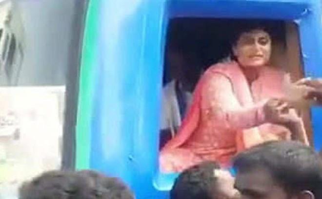 Bắt tay cử tri, nữ chính trị gia Ấn Độ bị 'cuỗm' luôn nhẫn