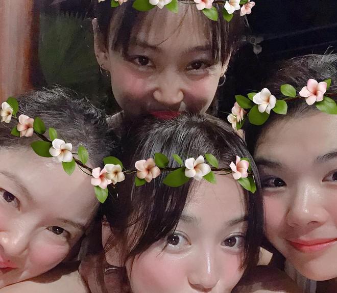 Lộ loạt ảnh siêu hot của Song Hye Kyo: Mặc bikini khoe làn da nõn, còn cực thân thiết bên tiểu tam tin đồn - Ảnh 3.