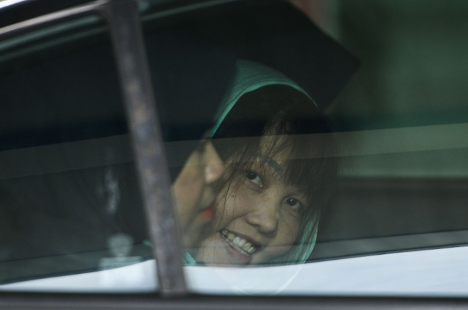 [Photo] Đoàn Thị Hương tươi cười rời tòa sau khi được giảm án - Ảnh 2.
