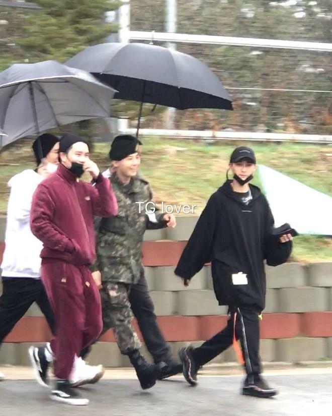 Náo loạn loạt tin tức Kbiz siêu nóng: Lee Dong Wook - Song Ji Hyo hẹn hò, lộ ảnh G-Dragon gặp Sơn Tùng trong quân ngũ - Ảnh 8.