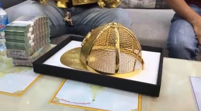 Trước khi bị bắt, Phúc Xo từng khoe chiếc mũ bằng vàng trên Youtube cách đây ít ngày.