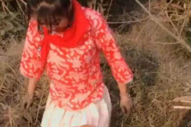 Đăng tải đoạn phim đi bắt cá, người phụ nữ bất ngờ bị bắt giữ vì 1 món đồ trên người - Ảnh 1.