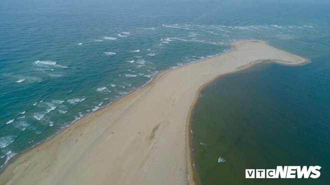 Quảng Nam cắm biển báo tại đảo cát dài 3 cây số nổi lên giữa biển Hội An - Ảnh 1.