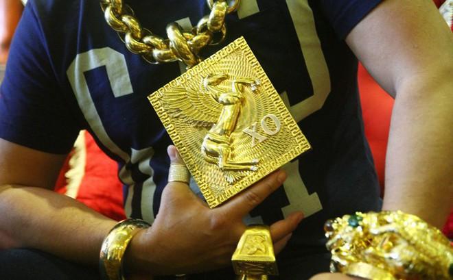 Đại gia Phúc XO đeo 17kg trên người: Liệu đeo vàng có lợi hay gây hại cho sức khỏe?