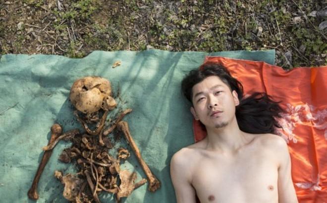 Đào mộ cha lên rồi nằm khỏa thân bên cạnh để chụp ảnh, người đàn ông gây bão MXH
