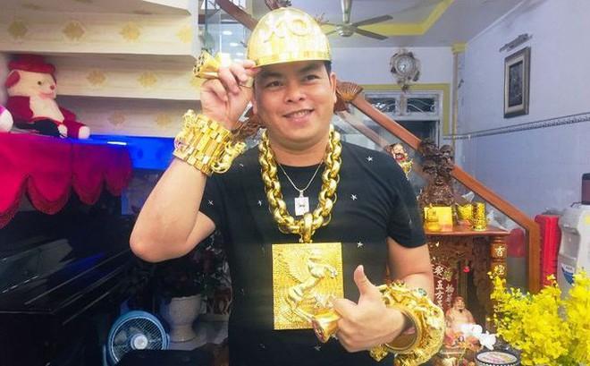 Tại sao không muốn đeo vàng nhưng Phúc XO lại đeo nhiều vàng trên người như vậy?