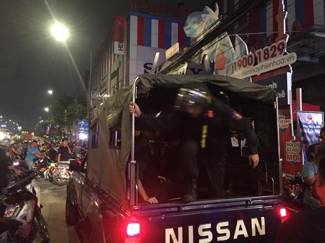 Người dân háo hức livestream cảnh công an xuyên đêm khám xét quán karaoke của Phúc XO - Ảnh 4.