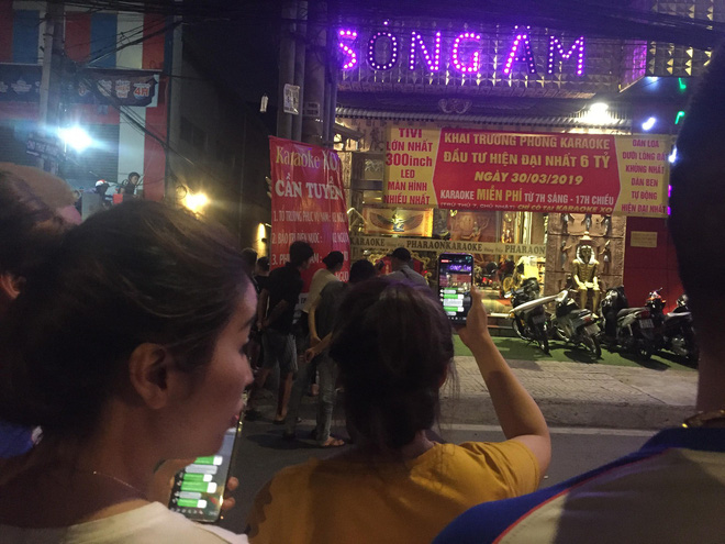 Người dân háo hức livestream cảnh công an xuyên đêm khám xét quán karaoke của Phúc XO - Ảnh 5.