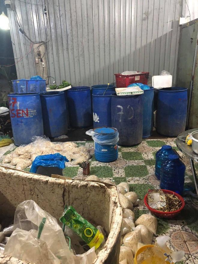 Bắt quả tang hơn 2 tấn ngó sen, bắp chuối ngâm hoá chất chuẩn bị tuồn vào nhà hàng, khách sạn ở Sài Gòn - Ảnh 1.