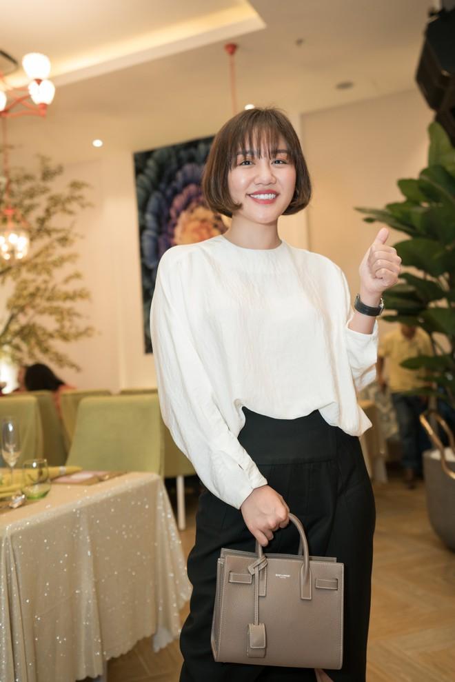 Hồ Quỳnh Hương đi chân đất hát song ca cùng Văn Mai Hương - Ảnh 3.