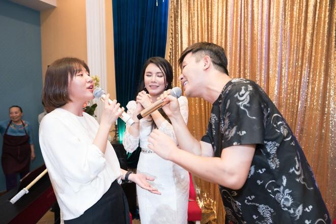 Hồ Quỳnh Hương đi chân đất hát song ca cùng Văn Mai Hương - Ảnh 10.