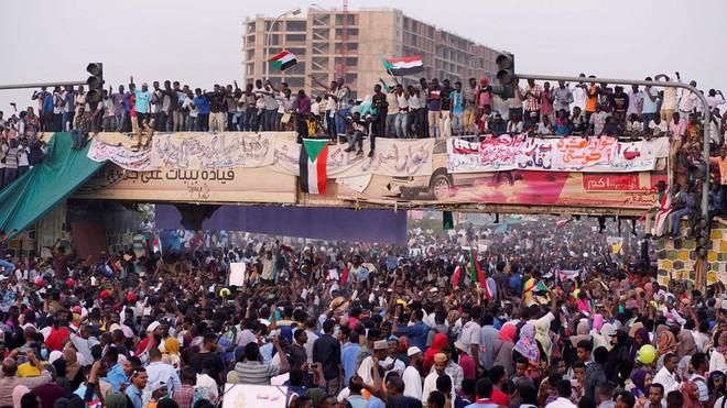 Đảo chính quân sự Sudan: Quân đội bắt giữ Tổng thống, tuyên bố giải tán chính phủ - Ảnh 6.