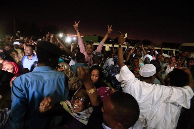 Đảo chính quân sự Sudan: Quân đội bắt giữ Tổng thống, tuyên bố giải tán chính phủ - Ảnh 3.