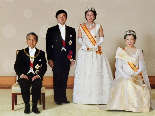 Chuyện tình lãng mạn 60 năm của Vua và Hoàng hậu Nhật Bản: Dù bao năm đi nữa vẫn vui vẻ chơi tennis cùng nhau - Ảnh 11.