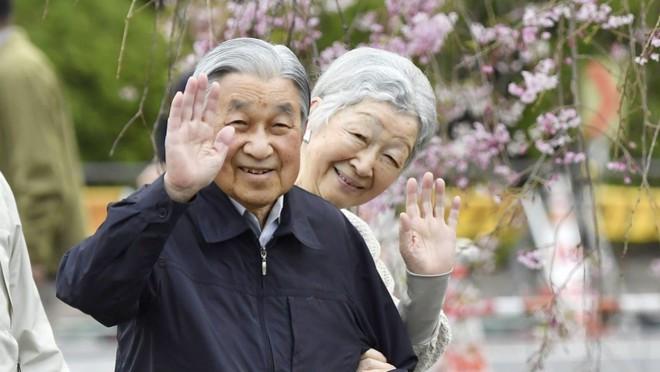 Chuyện tình lãng mạn 60 năm của Vua và Hoàng hậu Nhật Bản: Dù bao năm đi nữa vẫn vui vẻ chơi tennis cùng nhau - Ảnh 17.