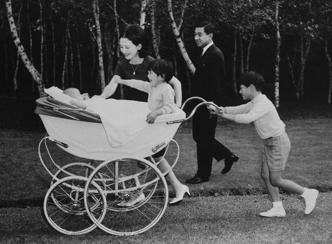 Chuyện tình lãng mạn 60 năm của Vua và Hoàng hậu Nhật Bản: Dù bao năm đi nữa vẫn vui vẻ chơi tennis cùng nhau - Ảnh 8.