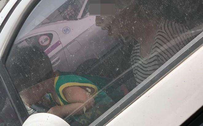 Mẹ để con trai ôm vô lăng ô tô đang lưu thông trên đường, bức ảnh chụp gây phẫn nộ